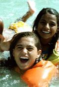 Προστατέψτε τα παιδιά σας από τους κινδύνους της θάλασσας